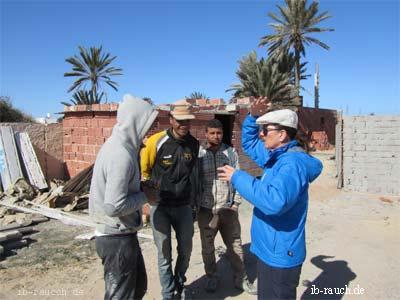 Nelia Sydoriak-Rauch im Gespräche auf einer Baustelle auf Djerba