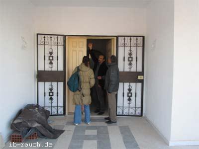 Nelia Sydoriak-Rauch besicht ein Haus, welches verkauft werden soll.