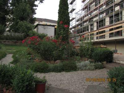 Gartenansicht mit denkmalschutzgerechtem Bauwerk dörflichen Charakters