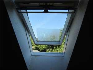 Kondensat am geöffneten Dachfenster