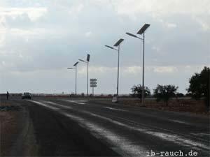 Straßenbeleuchtung in der Steppe in Tunesien