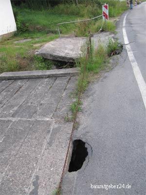 Kaputter Straßenbelag durch Regenwasser in Wehlen 2013