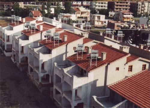 Warmwasser durch die Nutzung von Solarenergie auf den Hausdächern in Guezelcamli