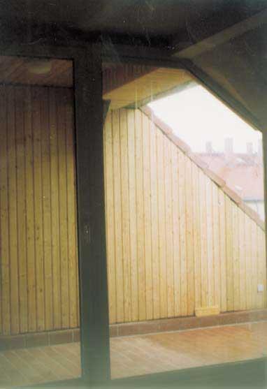 Holzverkleidung eines Balkons im Dachgeschoss