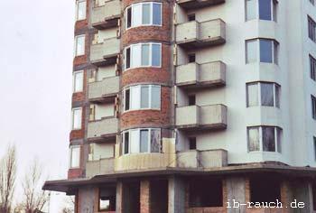 Hochhäusern in Kiew werden mit Styroporplatten