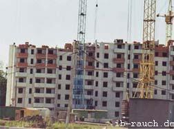 Baustelle eines neuen Wohngebäudes aus Ziegelsteinen