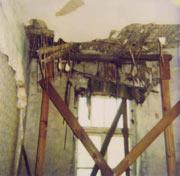 Feuchteschaden an einer Holzbalkendecke mit Befall durch den Hausschwamm